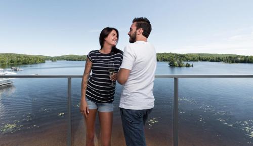 esterel-couple-balcon-lac-ile